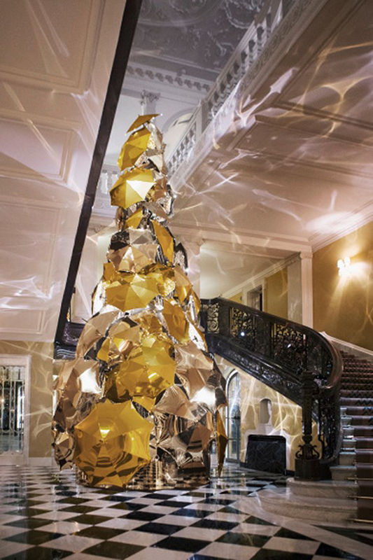 Claridges-Christmas-Tree-by-Burberrys-Christopher-Bailey-Vogue-16Nov15_b_592x888
