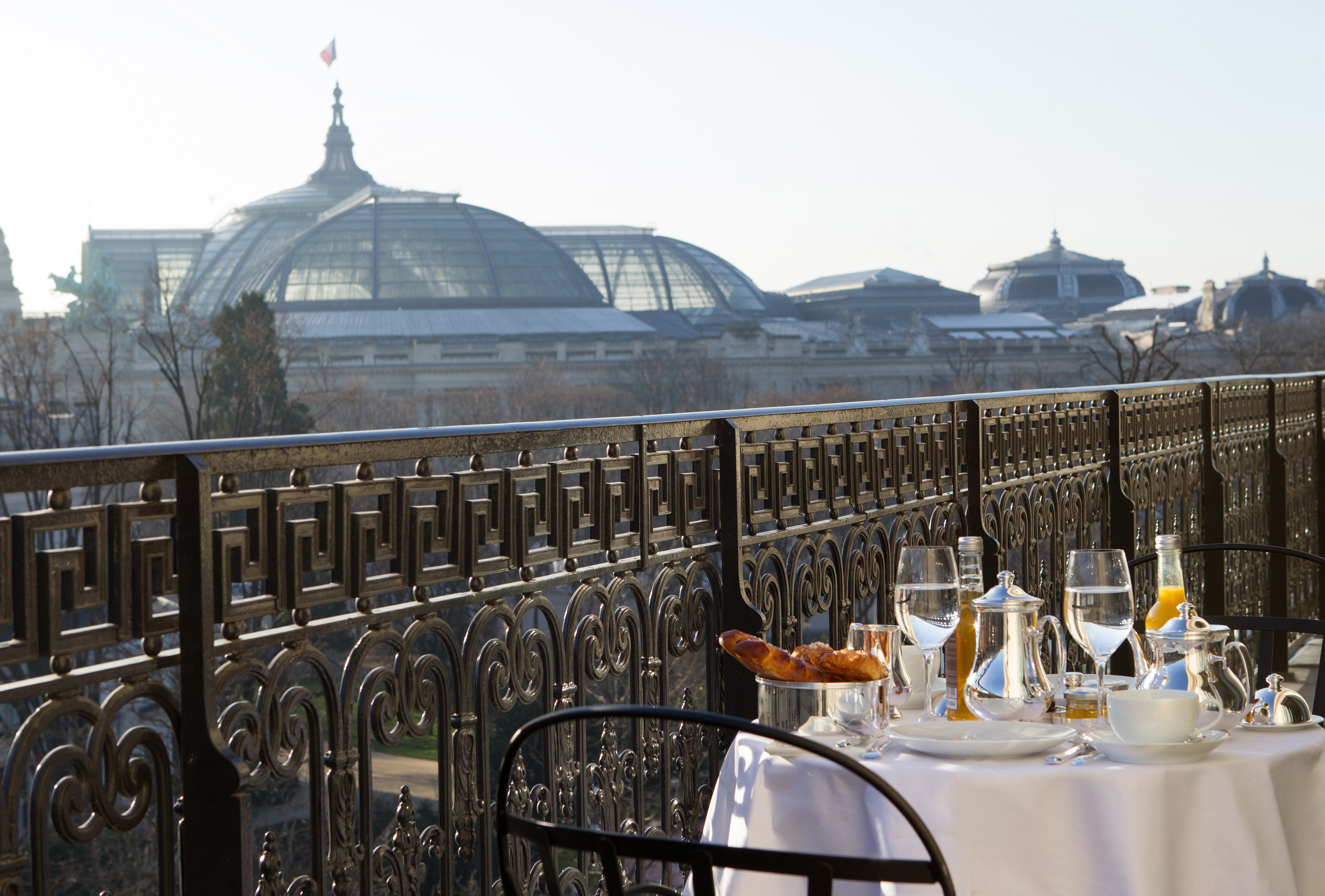 la-reserve-paris-hotel-breakfast-grand-palais-view