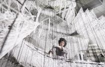 L'artiste Chiharu Shiota tisse sa toile au Bon Marché lors de l'exposition « Where are we going? »